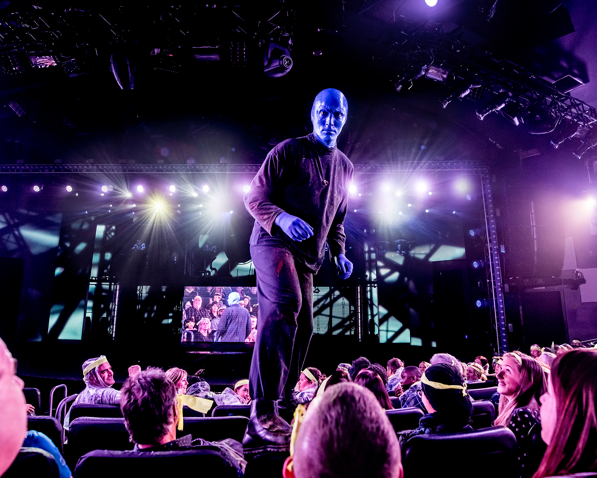 BlueMan_photo_ChairWalking_2000x1600.jpg.jpg